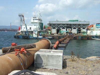 海底の堆積土をパイプで送水