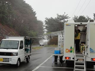 岩手生協の車が仮説を巡って移動マーケットを開いていました。