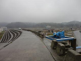 堤防の上に立っています。巨大津波はこんな頑丈な堤を乗り越えすべてをなぎ倒していきました。