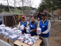 岡山勢はお帰りの皆さんに日用品や食材をわたします。