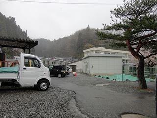 小学校横の空き地にある仮設住宅