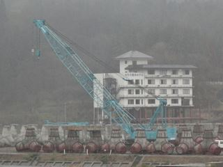 山際にある一階部分を失ったホテルがまだそのままに